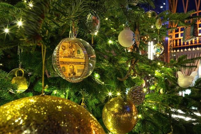 El árbol de Navidad más caro del mundo está en Estepona diamantes